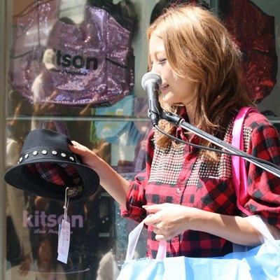 いち早く買い物を楽しんだユッキーナの戦利品。まずは帽子