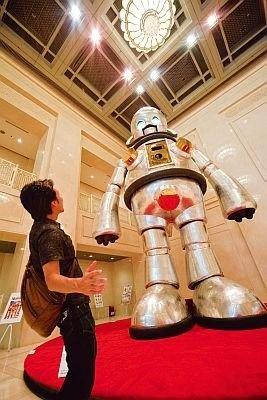 まちなか会場「ジャイアント・トらやん(水都アート回廊)」会期中の平日9:00〜21:00、土・日・祝日10:00〜に、大阪市役所内にヤノベ氏制作の巨大ロボが出現