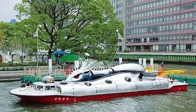 「アート船プログラム」。週末を中心に、現代美術作家・ヤノベケンジ氏が手がけたアート船「ラッキードラゴン」が水の回廊を巡る