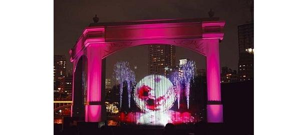 八軒家浜会場のナイトプログラム「水の回廊・時空の架け橋」。メインオブジェ・ウォーターカーテンの映像、光、音楽による演出など、日没後30分ごとに約10分間のショーを上演