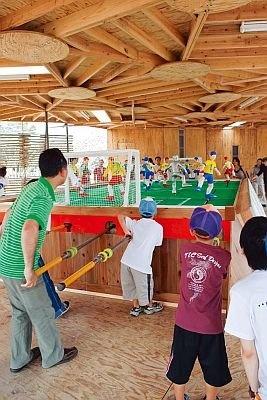 中之島公園会場「ワークショップ・AC-中之島」。レバーを押したり引いたり、巨大なサッカーゲームができる