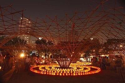 竹で作られたオブジェが並ぶ、中之島公園会場の「BAMB OO FOREST」。行灯が置かれ、昼とは違う幻想的な雰囲気を演出
