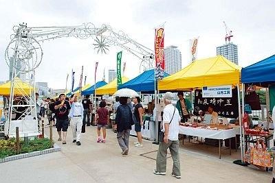 八軒家浜会場「水都朝市リバーカフェ」。食をテーマに、八軒家浜、福島港、大阪市中央卸売市場前港で地元や全国の特産品などを販売