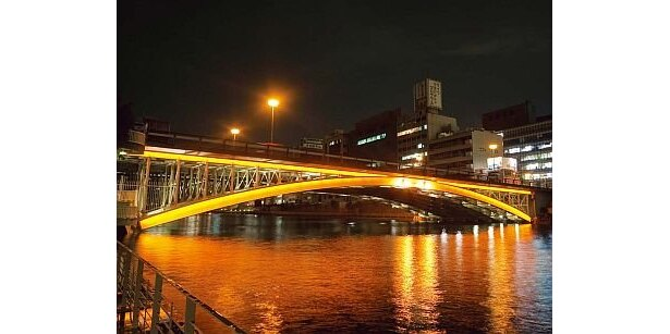中之島水辺会場「橋梁ライトアップ」。昨年12月からライトアップされている錦橋に続き、難波橋、天神橋も常設点灯! 水辺の散策がより魅力的に