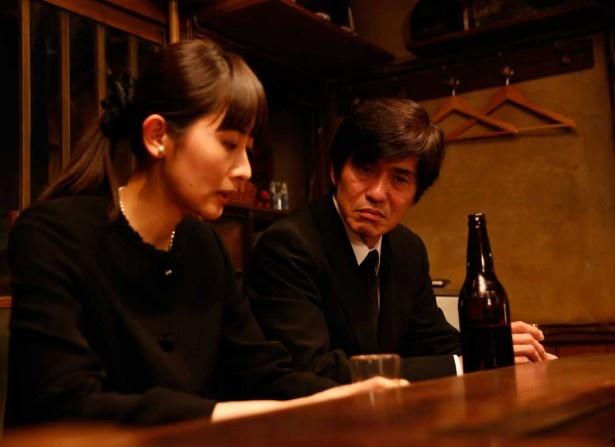 ストレスがたまると喪服を着て歩くという編集者の範子(河井青葉)は、石田(佐藤浩市)と名乗る男と作家の通夜で知り合い、深夜食堂を訪れた