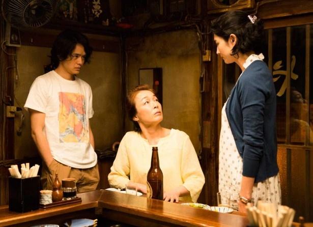 常連の聖子(キムラ緑子・中央)は、息子の清太(池松壮亮・左)が15歳年上のさおり(小島聖・右)と結婚したいと言い出し、うろたえる