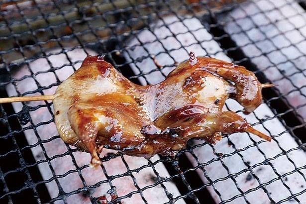 名物のう「うずら焼き」(1串・800円)はクセもなく、さっぱりとした味わい/食事処 祢ざめ家