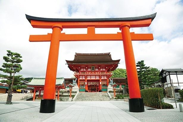 【写真を見る】1589(天正17)年、豊臣秀吉の造営とされている規模の大きな楼門/伏見稲荷大社