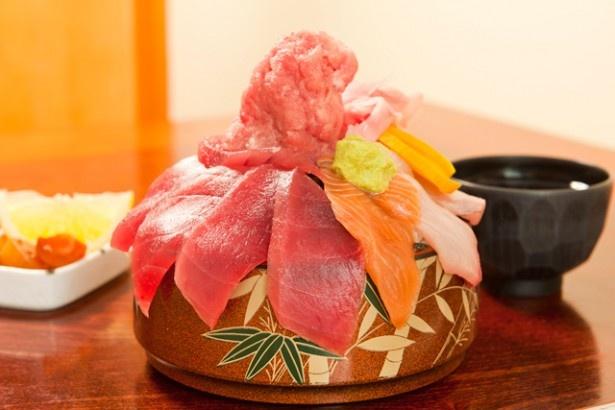 【全体写真】丼からあふれ、そびえ立つ山盛りのネタ!あなたなら完食できるか!?
