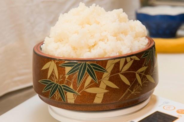 寿司おけからはみ出すご飯の量。この日の重量808g