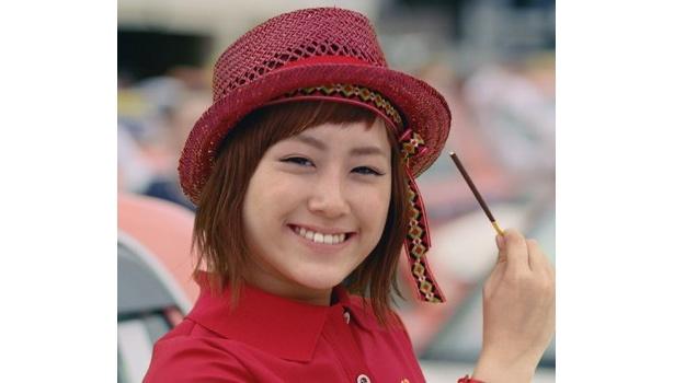 """IMALUさんの""""人生初CM""""がついに完成! カラフルなヘアバンドと、赤い麦わら帽子で、""""ポッキーダンス""""を華麗に踊る、IMALUさん人生初のCMは、10月より全国でO.A."""
