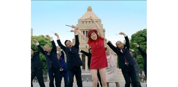 国会議事堂の前でダンスするIMALU