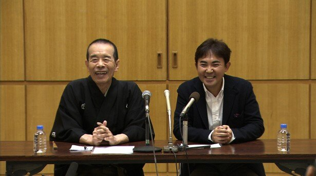 第一子の名前を公募することを発表した林家三平(右)と、林家木久扇(左)