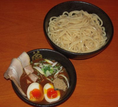 ボリュームたっぷりの特製つけ麺