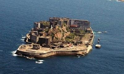 コンクリートで覆われた島の様が軍艦「土佐」に似ていることから「軍艦島」と呼ばれるようになったそう。南北約480m、東西約160m、周囲約1200m