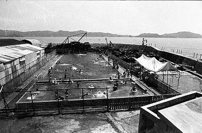 にぎわっていた頃の軍艦島。プールもあったのだ
