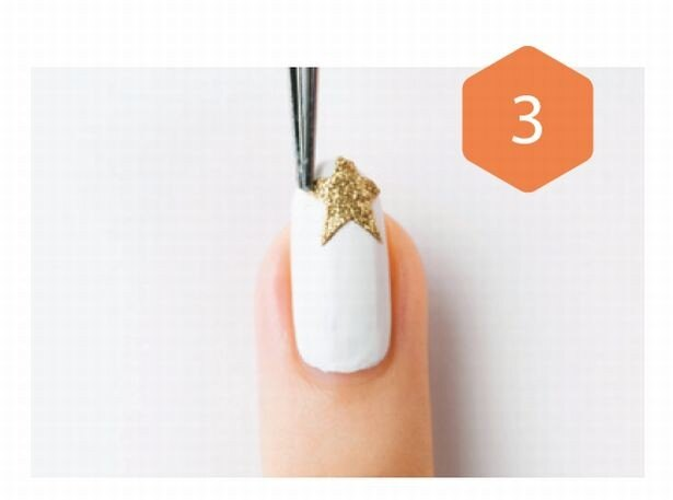 マットホワイトを二度塗りし、人差し指と薬指にピンセットを使ってシールを貼る