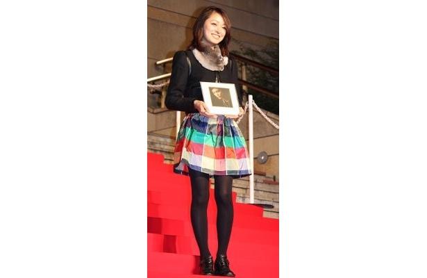 カラフルなスカートがキュートな市井紗耶香