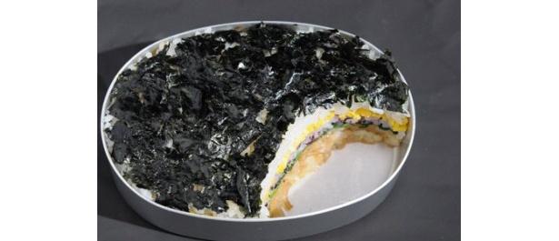 「ネオ屋台村」で配られるレシピは、五重構造が特徴的な「小巻風のり弁」