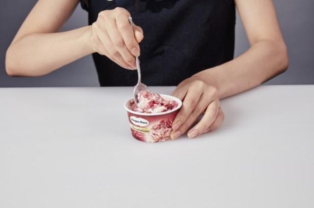 """<おいしい食べ方STEP2>カップの奥までスプーンを入れて、アイスクリームとクッキーを""""ざくざく、まぜまぜ"""""""