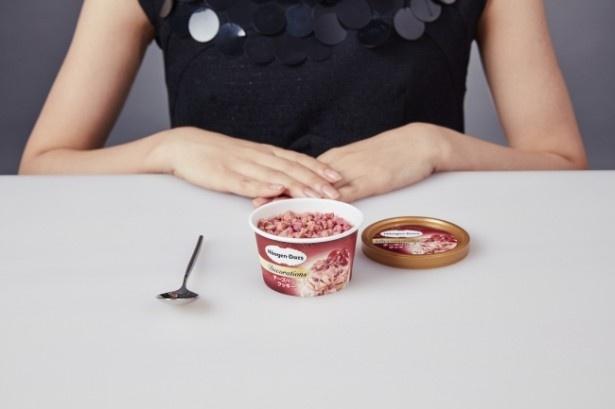 【写真を見る】<おいしい食べ方STEP1>まずは、アイスクリームが少し溶けるまで、ゆっくり待ちましょう