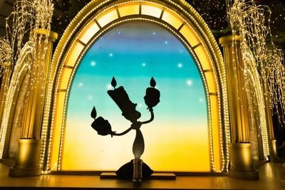 『美女と野獣』がテーマの東急百貨店本店のツリーには陽気なルミエールの姿も!