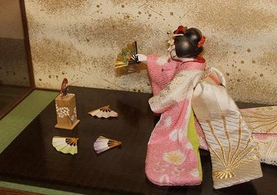 投扇興は、枕と呼ばれる台の上に立てられた的の蝶に向かって扇を投げて、点数を競う対戦型ゲーム