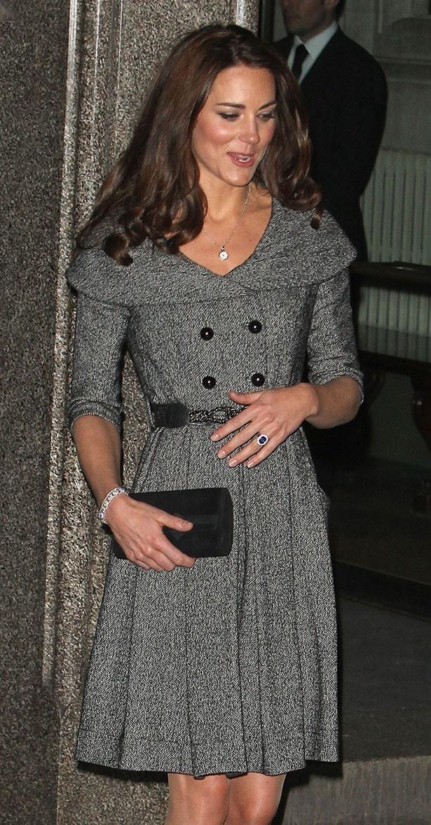 【写真を見る】ウィリアム王子から贈られたサファイアの指輪をはめたキャサリン妃