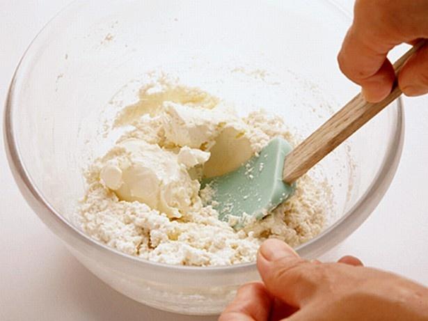 【写真を見る】豆腐をよくすり混ぜ、なめらかにしたところにクリームチーズを加えると、混ざりやすい