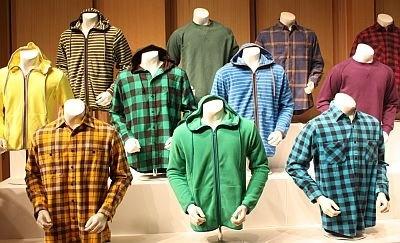 こんなカラフルなネルシャツやフリースも990円!