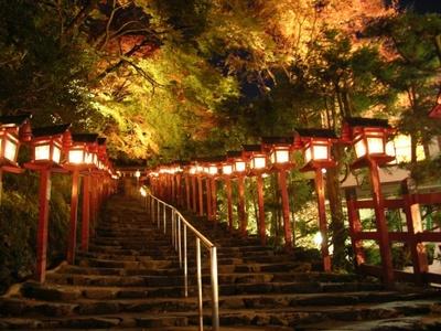 貴船神社の境内もライトアップされる