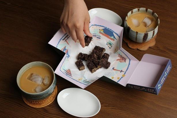 【写真を見る】箱を開けると、まるで京都の街並が広がるような仕掛け