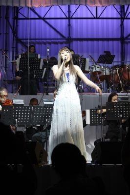 テーマソングを歌う菅原紗由里さん