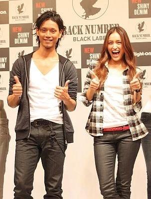 ライトオンの新作ジーンズを穿いてポーズを決める水嶋ヒロさんと長谷川潤さん