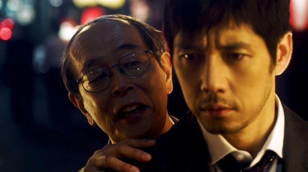 西島秀俊は突然謎のサラリーマン(志賀廣太郎)に語りかけられる