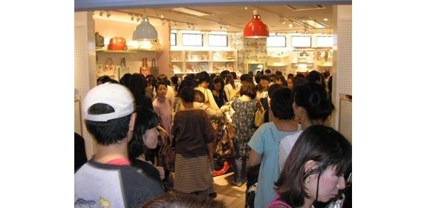 大混雑の店内は、エコバッグを探すひとで熱気ムンムン!