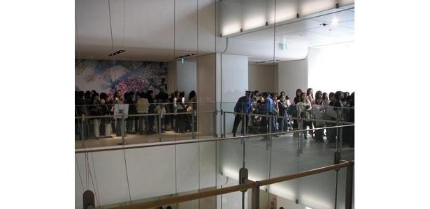 中央のフキヌケのまわりを約300人の人が並ぶ。