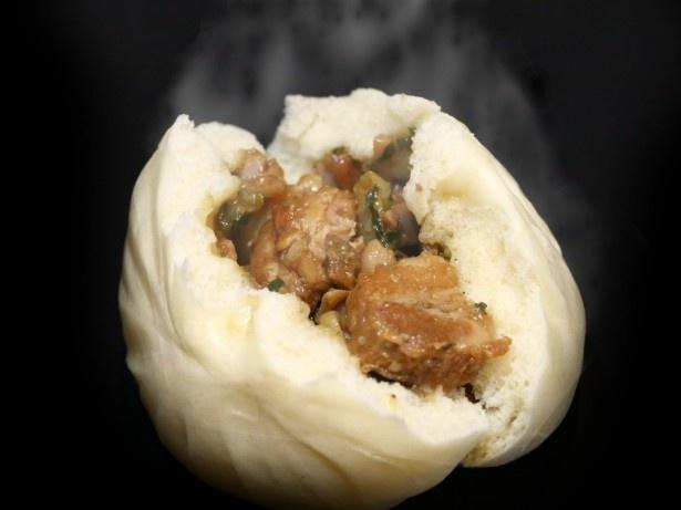 「蓬莱の角煮豚まん」は豚の角煮が丸ごと1個入ったプレミアムな逸品
