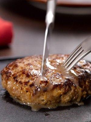 じゅわ〜っとあふれ出す肉汁の香りが漂ってきそう…