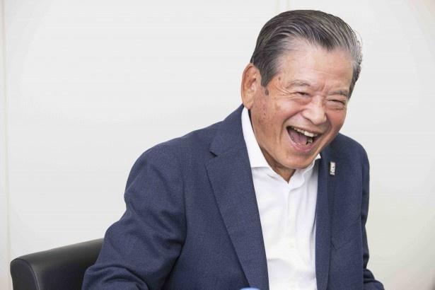 【写真を見る】「ちょっとしゃべりすぎだね(笑)。熱が入っちゃったね。あとは前園さんに(笑)」と満面の笑みの川淵さん