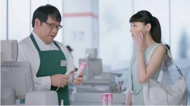 栗山千明(右)、カンニング竹山(左)が出演する、森永乳業「アロエステ」のテレビCM「見覚えのある男」篇がオンエア中