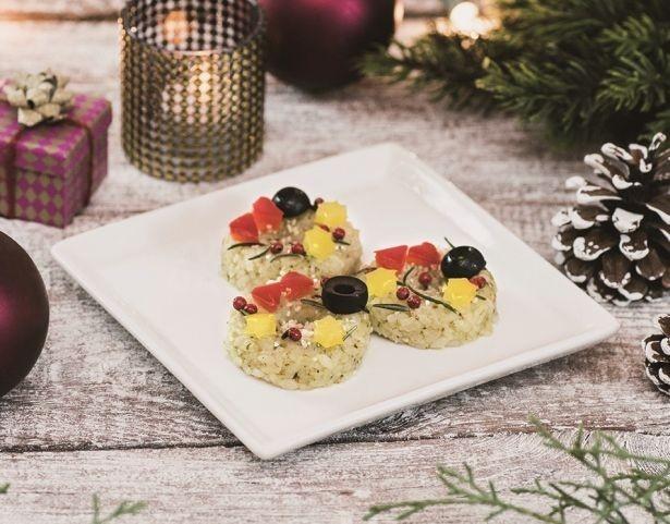 2F「onigiri stand Gyu!」の「クリスマスリース風 チーズ&バジルおにぎり」(378円)