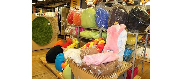 さまざまな種類の抱きマクラが販売されている