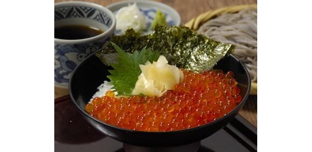 9/28(月)〜10/25(日)の期間限定で食べられる「いくら丼とそばのセット」は、通常のイクラ2倍以上のボリューム!