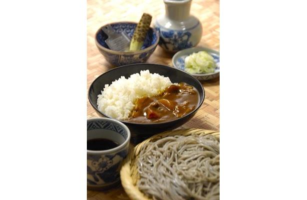通常ランチメニューの「カレー丼とそばのセット」は750円