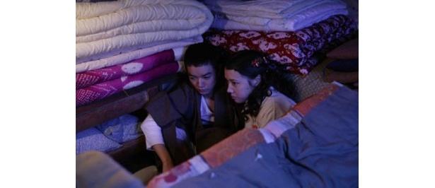 仲里依紗と布団部屋で身を寄せ合うシーン