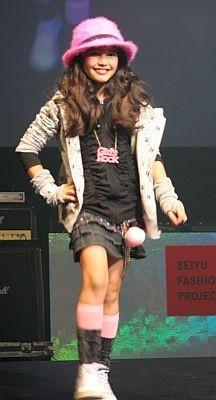 デニムスカートと黒のシャーリングパーカは各¥1980、グレーのドクロノパーカは¥1480