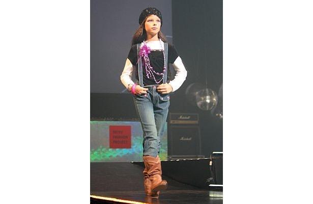 ベロアレイヤード風Tシャツ¥1480、デニムパンツ¥1980