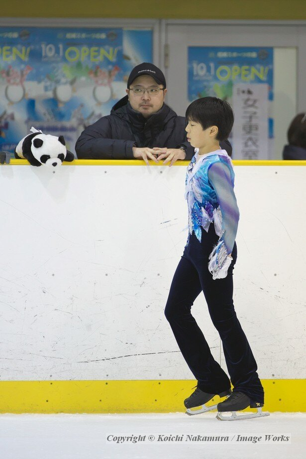 演技前に浪岡コーチと話す佐藤駿。ティッシュケースはパンダ