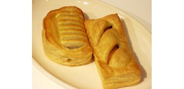 カレー風味のあらびきフランクソーセージがポイントの「カレーフランクパイ」(右)と、ふっくらジューシーに焼き上げたハンバーグを包みこんだ「ハンバーグパイ」(左)